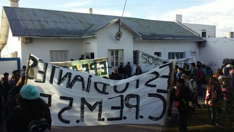 Estudiantes secundarios reclaman seguridad en la Municipalidad de Plottier.