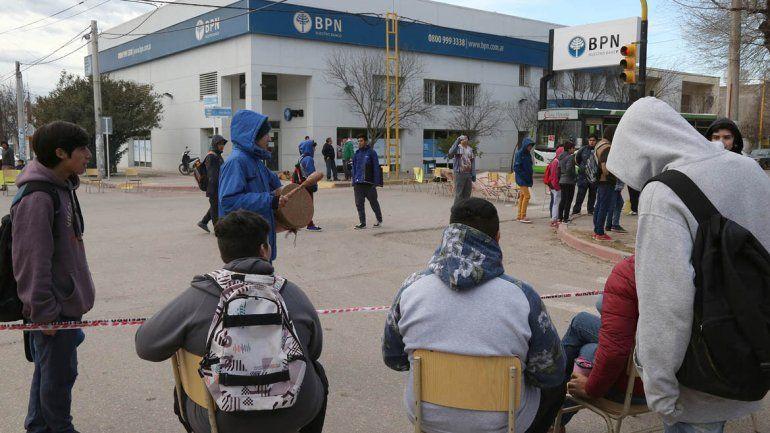 Estudiantes cortaron la calle en reclamo de viandas