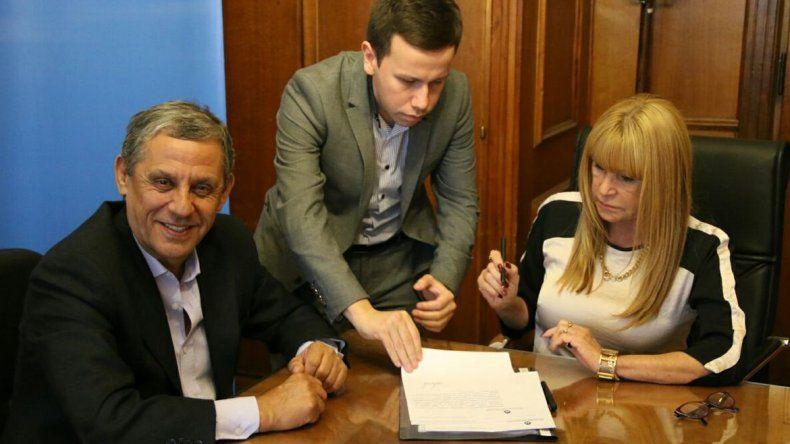 Quiroga junto con la secretaria de Asuntos Municipales