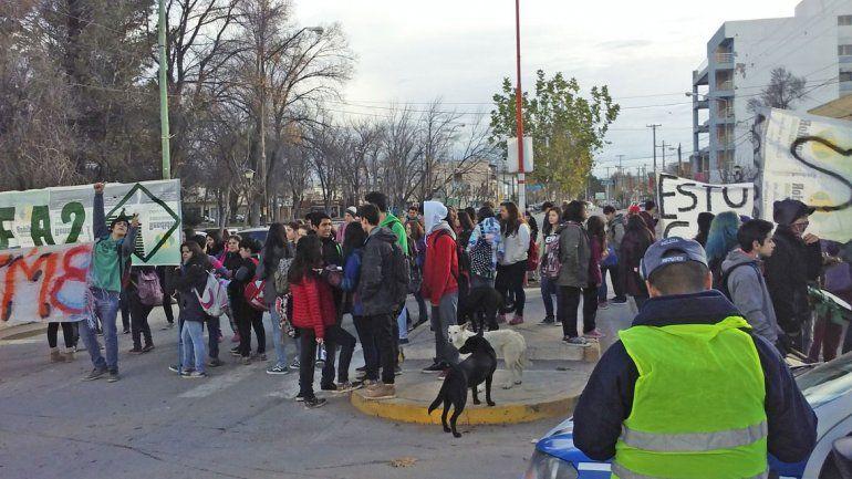 Los estudiantes cortaron la Avenida San Martín para protestar.