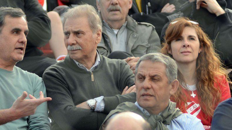 Sobisch y Quiroga miran un partido de fútbol. Se sabe de su buena relación.