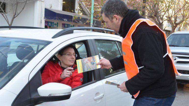 La campaña incluye la entrega de folletería a los conductores.