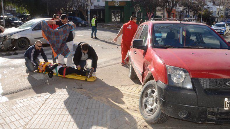 Una mujer resultó herida tras un brutal choque en pleno centro