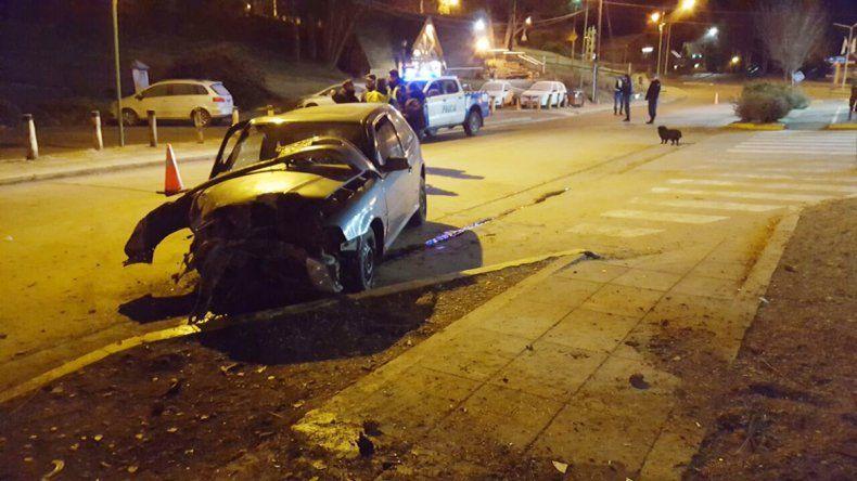 El vehículo impactó de llenó con un árbol. El conductor resultó con heridas leves.