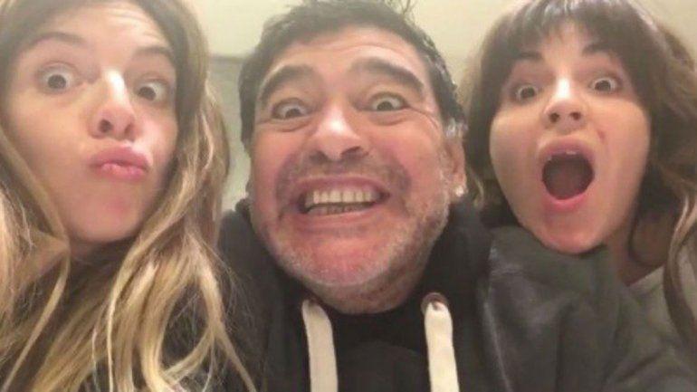 Diego Maradona y sus hijas.