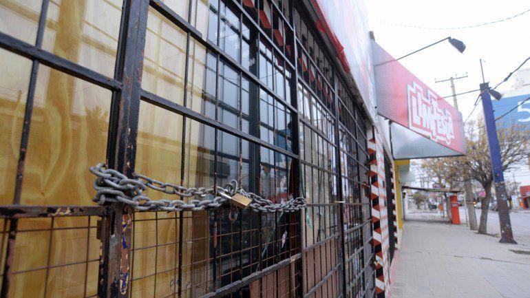 La vidriera de la tienda de Perito Moreno al 200 fue saqueada. Los ladrones rompieron un vidrio y se llevaron camperas