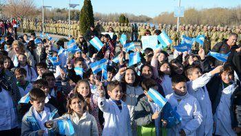 En 2015, cientos de alumnos de cuarto grado también prometieron la bandera junto al río.
