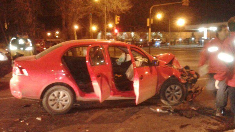 El VW Voyage que chocó de atrás a una camioneta en Ruta 22 y Saavedra.