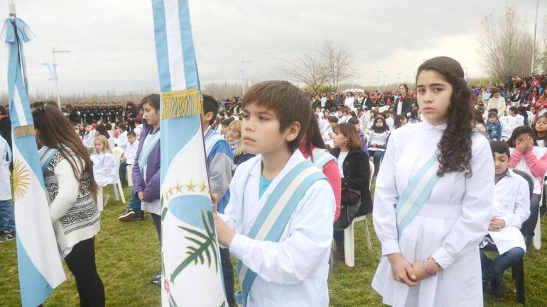 Las postales de la promesa a la bandera nacional. El frío no desanimó a los chicos y familiares en el Paseo de la Costa.