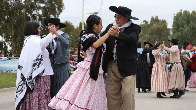 Las agrupaciones de danzas llenaron la plaza del Bicentenario.