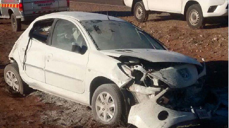 El Peugeot 207 quedó en la banquina de la mano contraria tras dar cuatro tumbos.