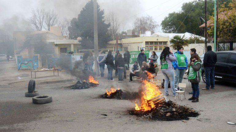El corte de la calle El Chocón generó el rechazo de los vecinos de la cuadra.