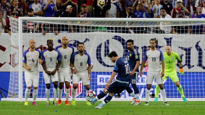 Lionel Messi convierte el tiro libre que lo corona como el máximo goleador del seleccionando nacional