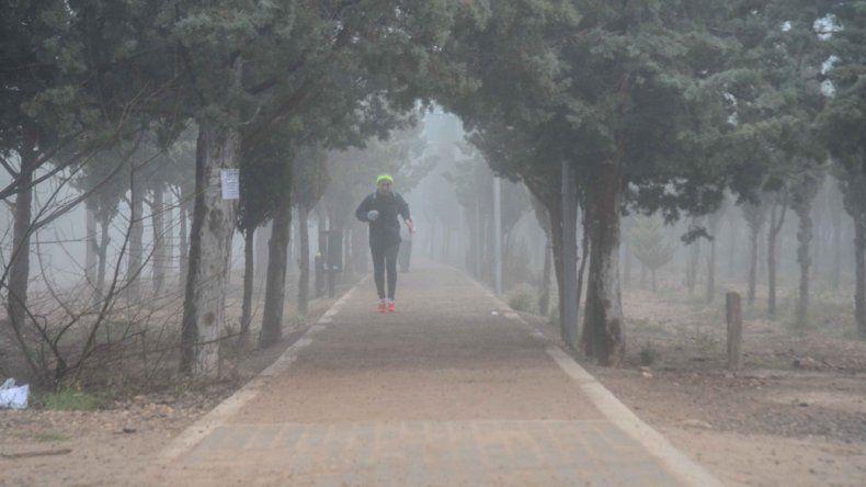 Actividad física en Parque Norte en medio de la niebla.