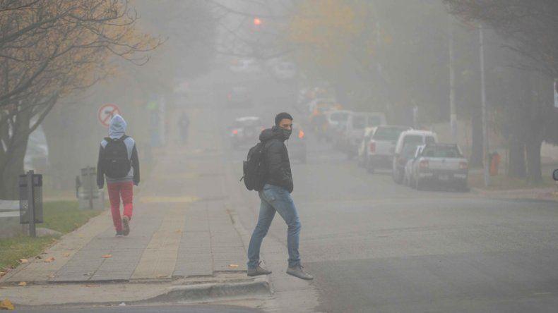 La Avenida Argentina inmersa en un manto de niebla.