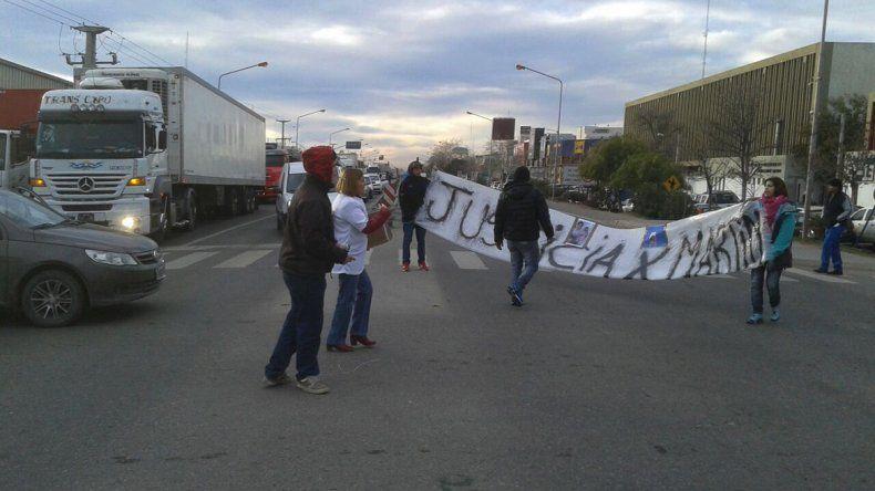 Familiares de Martín González cortaron la Ruta 22 para pedir que se aceleren los tiempos de la Justicia.