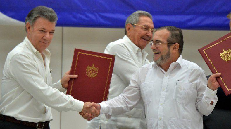 El gobierno colombiano y las FARC firmaron la paz en Cuba
