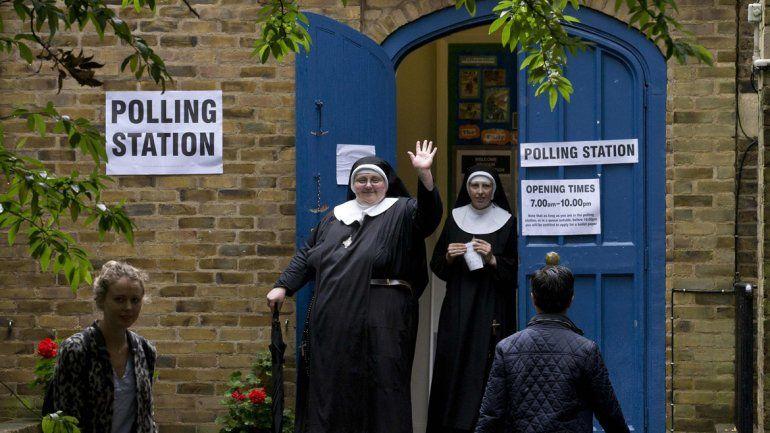 Dos monjas saliendo de votar en un suburbio de Londres.