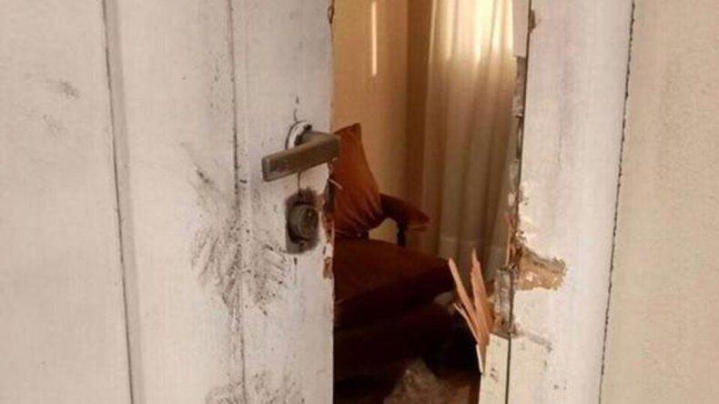 La imagen de la puerta violentada de la casa de los padres de Néstor.
