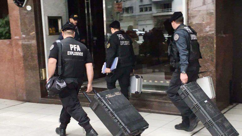 Los policías ingresaron ayer al edificio donde vive De Vido.