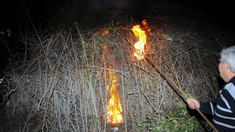Los vecinos encendieron la fogata.