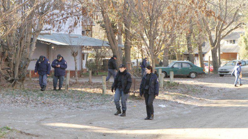 Efectivos de la Comisaría 43 realizaron una inspección en el barrio 48 Viviendas en busca del arma homicida.