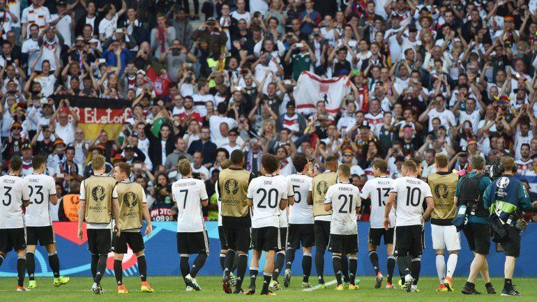 Los alemanes festejan de cara a su gente.