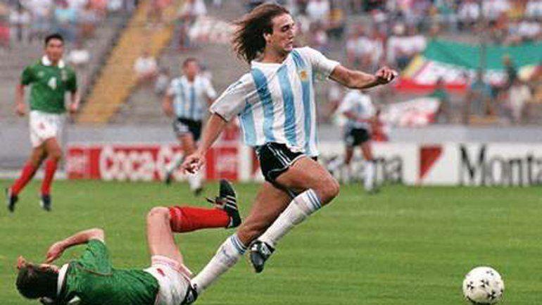 Batistuta en carrera hacia el primer gol del seleccionado frente a México.