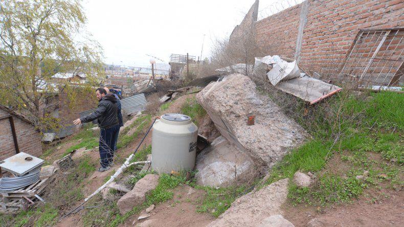 Hugo tiene su propiedad en un lugar donde afloran restos de lo que fue un búnker militar.
