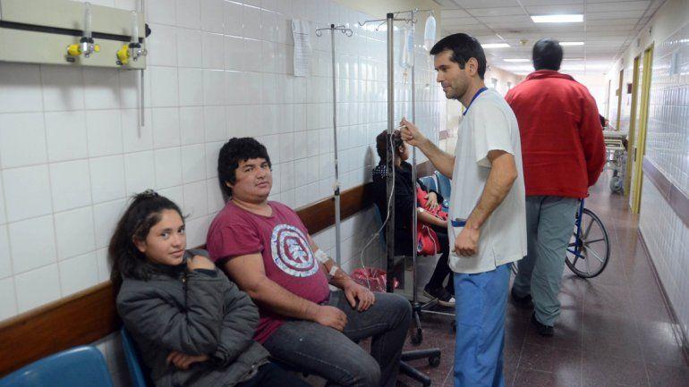 Algunos pacientes son atendidos en los pasillos. En la guardia conviven todos y los van atendiendo de acuerdo con la urgencia de cada caso.