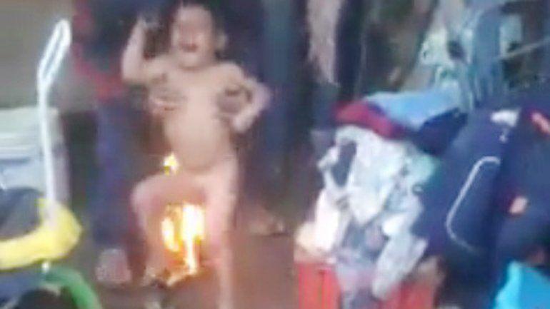 Las imágenes de la crueldad fueron captadas por vecinos del hombre.