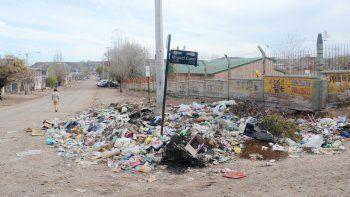 Esquinas, terrenos baldíos, plazas, bulevares y hasta el frente de una escuela. Ningún lugar escapa a la basura. Una problemática que generan los propios vecinos.