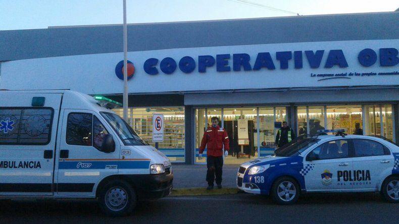 Dos empleados sufrieron heridas leves al explotar un termotanque en un supermercado.