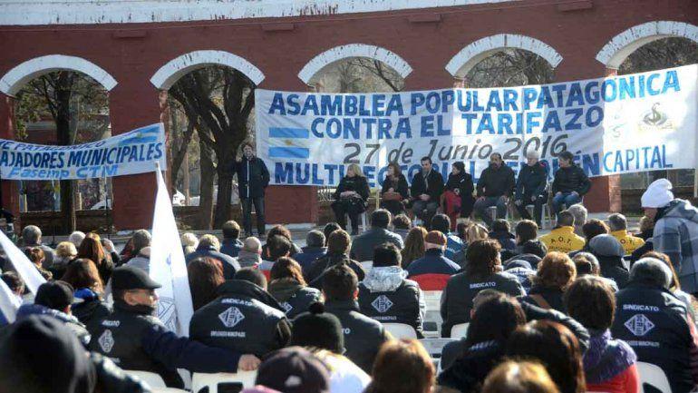 Asamblea contra tarifazo en los arcos romanos del Parque Central de Neuquén.