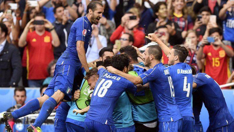 Italia le ganó 2 a 0 a España y la eliminó de la Euro.