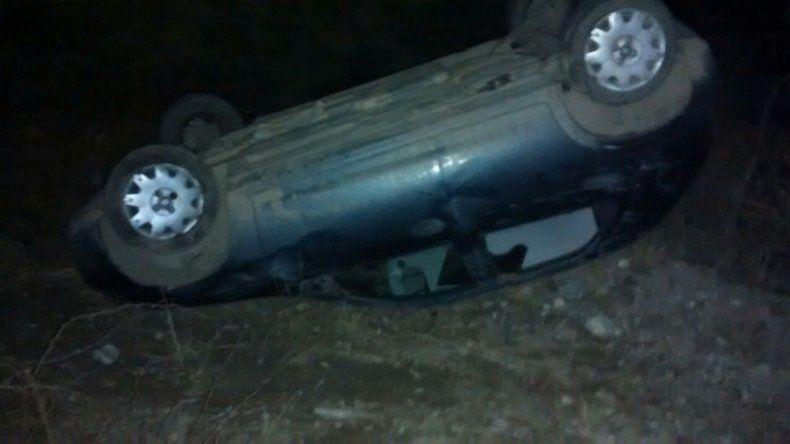 El auto terminó a 10 metros de la ruta.
