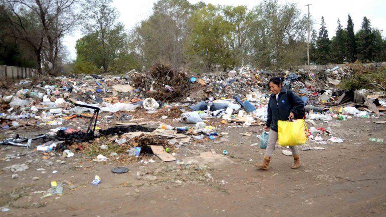 Los operativos de limpieza duran muy poco porque los vecinos siguen arrojando basura en cualquier lugar.