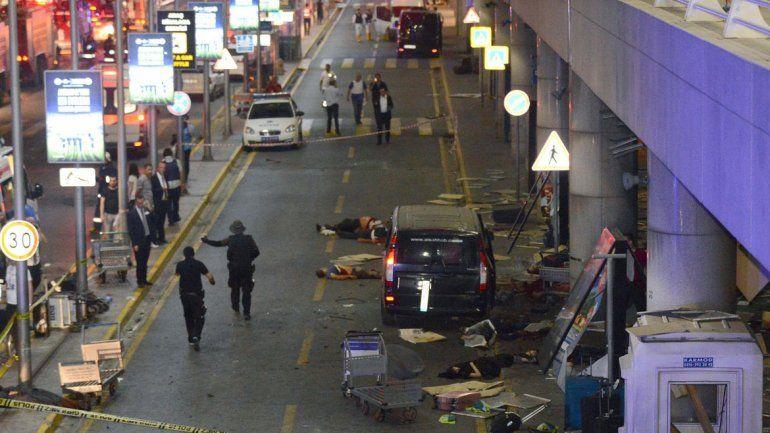 Escena en una de las adyacencias del aeropuerto tras los ataques suicidas.