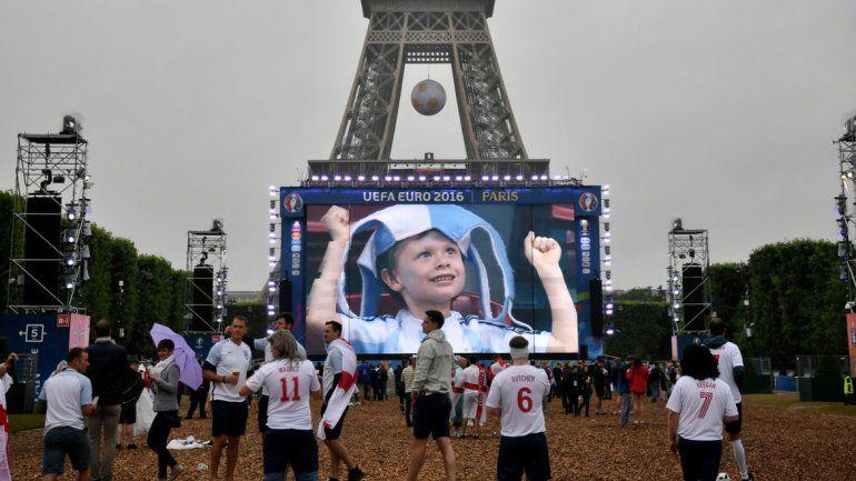 A los pies de la Torre Eiffel se pueden ver los partidos de la Eurocopa.