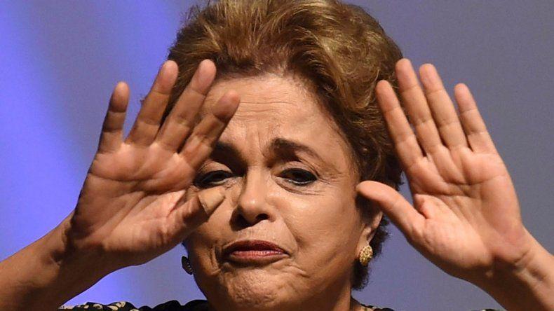 A Dilma Rousseff el gobierno interino de Brasil le restringió vuelos.