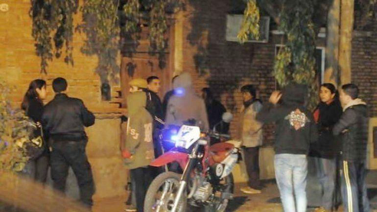 Vecinos de la docente santiagueña frente a su domicilio.