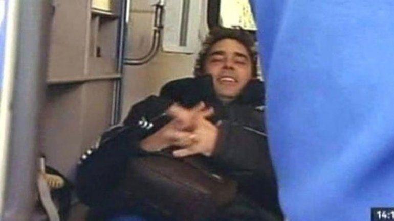 Dramático. Matías Alé es trasladado en ambulancia luego de ser asistido y tras confirmar su nuevo brote.