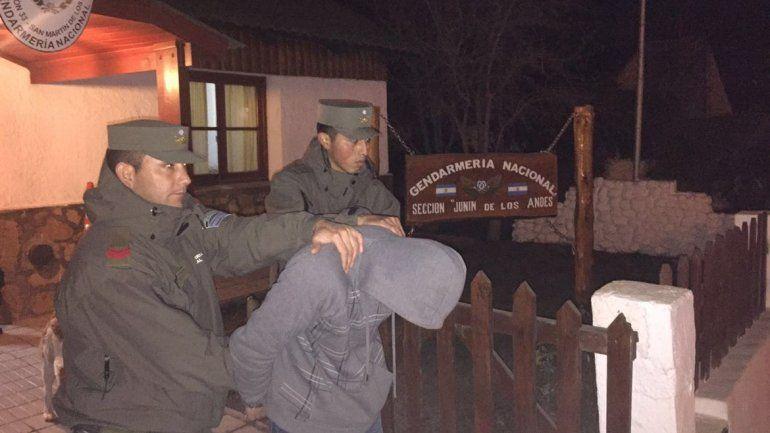 Los gendarmes del Escuadrón 33 trasladando a uno de los prófugos.
