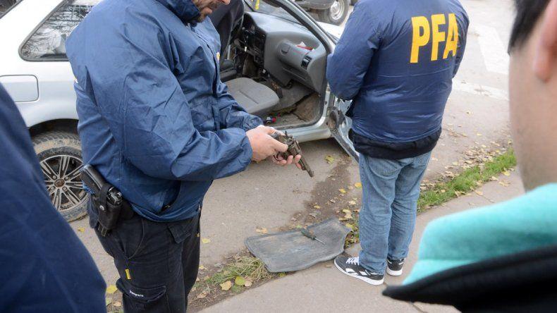 Dos detenidos con un arma y droga en el puente carretero