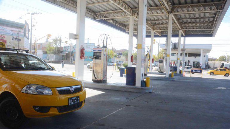 Los taxistas aseguran que los aumentos y los cierres de algunas estaciones de gas natural comprimido terminarán complicando a todo el sector.