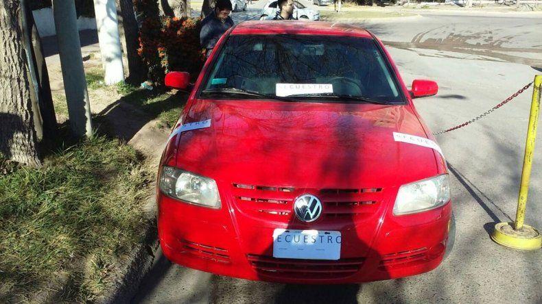 El VW Gol rojo fue secuestrado en calle Primeros Pobladores al 1400.