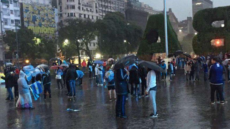 Unas 150 personas se congregaron en el Obelisco a pesar de lluvia.