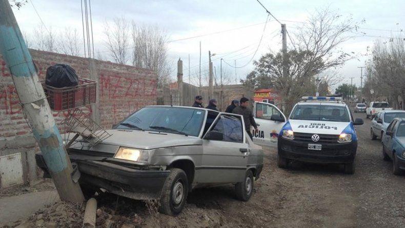 El Renault 9 robado es recuperado después de chocar contra un poste.