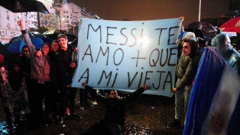 La lluvia constante no fue un impedimento para que los hinchas se acercaran al Obelisco a pedir la continuidad de Messi en la Selección argentina. ¿Lio les dará el gusto?