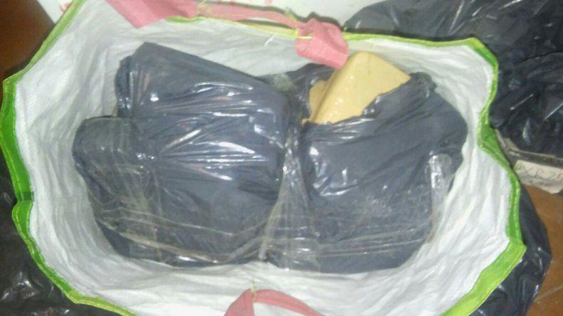 Los 12 ladrillos de marihuana estaban perfectamente envueltos y guardados en unas bolsas dentro del departamento.
